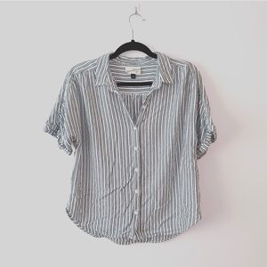 Universal Thread | Gray Striped Button Top | Sz M